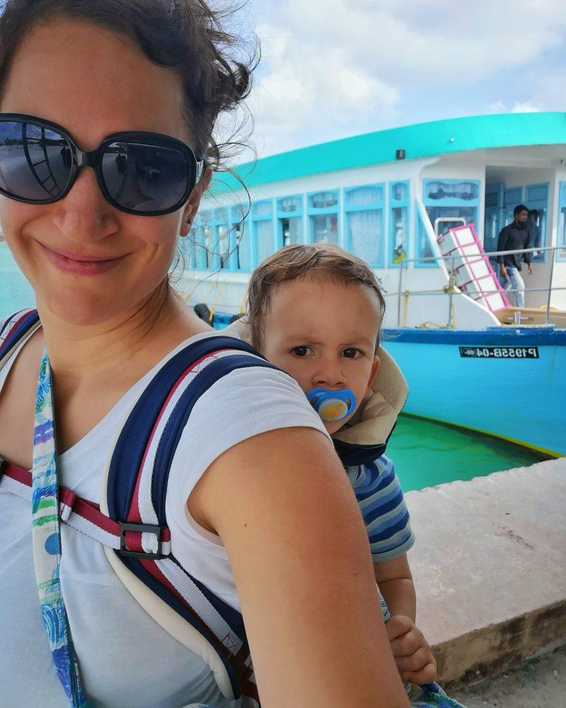 A babahordozó 10 előnye babával és totyogóval utazáskor